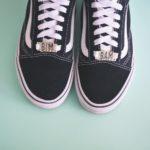 paires de baskets vans noires personnalisée avec des lace locks bim bam