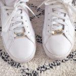 paire de baskets blanches nike customisée avec des lace locks bichette forever