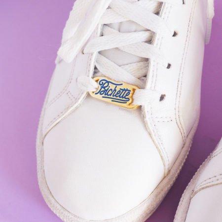 lacelock bichette écriture bleue sur une basket blanche
