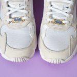paire de falcon adidas blanches customisée avec des lace locks bichette forever