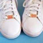 paire de lace locks boss bae sur une paire de basket blanche