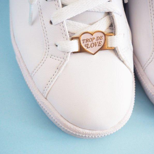 lace lock forme coeur avec texte trop de love sur basket blanche