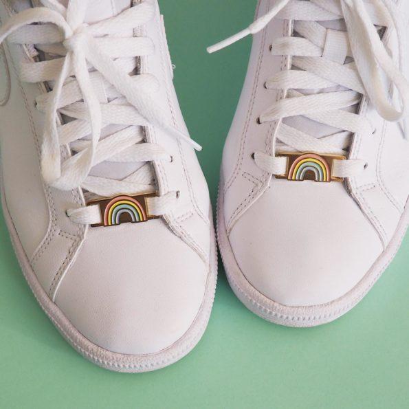 paire de lacelocks forme arc en ciel sur baskets blanches
