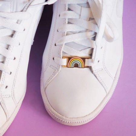 lace lock motif arc-en-ciel couleur pastel sur une basket blanche