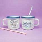duo de mugs en émail blancs et bleus avec visuels bichette forever et poulette for life