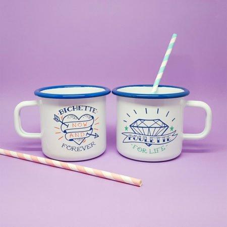 duo de mugs émaillés blancs et bleus avec visuels bichette forever et poulette for life