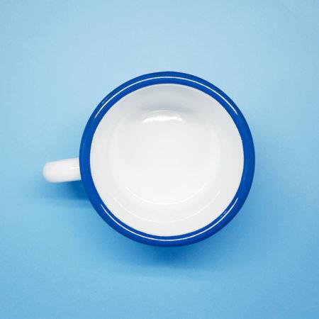 mug en émail vue du dessus intérieur et anse blanc et rebord bleu