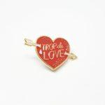 pin's en émail love cadeau pour sa copine