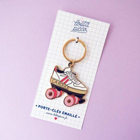 porte-clef émaillé en forme de roller vintage avec écriture ça roule